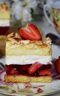 Truskawkowa chmurka, czyli ciasto z truskawkami, galaretką i masą śmietanową.