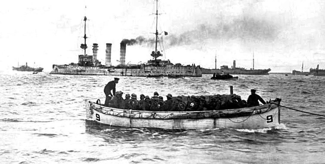 """Łódź desantowa w drodze na wyspę  Sarema. Tuż za nią lekki krążownik """"Danzig"""". Trzeba przyznać, że  desant  został przeprowadzony sprawnie"""