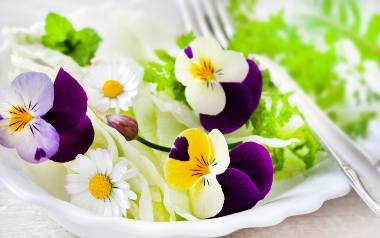 Niezwykły prezent na Dzień Matki: Jadalny koszyczek pełen kwiatów [PRZEPIS]
