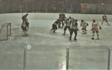 Mecz HC Rouen z Unią Oświęcim (jasne stroje) zakończył się zwycięstwem Francuzów 8:1.