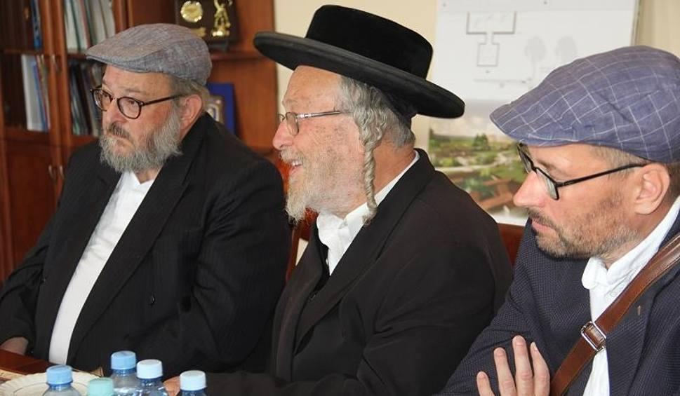 Film do artykułu: Rabini z Londynu i Nowego Jorku spotkali się z burmistrzem Chęcin [ZDJĘCIA]