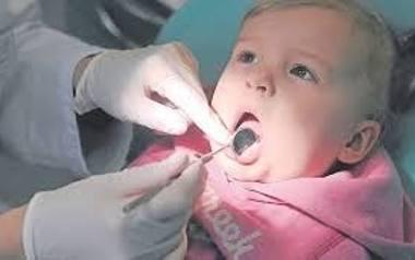 Próchnica niszczy dzieciom nie tylko uśmiech. Wpływa nawet na mniejszy wzrost