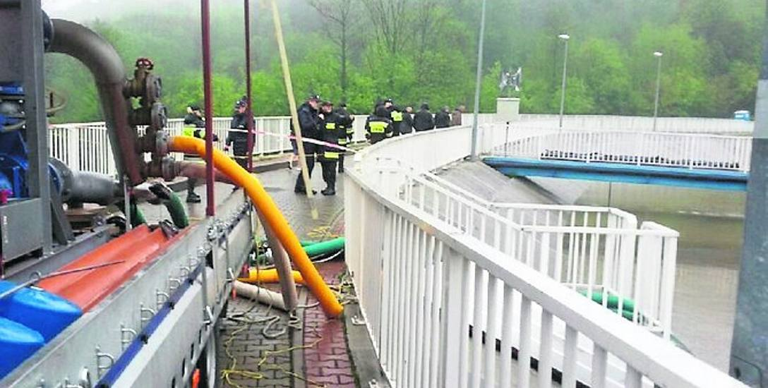 Czwartek 23 maja. Strażacy musieli wypompowywać wodę ze zbiornika. Istniało zagrożenie, że woda rozerwie jego koronę