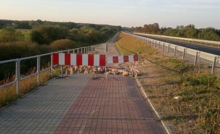 Ogromne dziury w chodniku i ścieżce rowerowej na nowym moście w Małkini