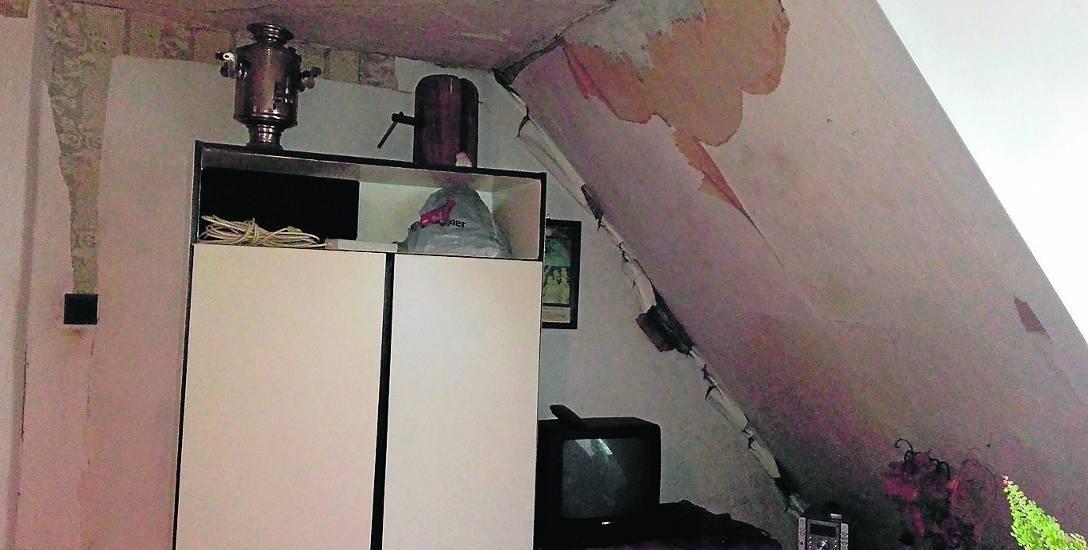 W budynku przy ul. Podgórnej 4 fatalnie wygląda nie tylko klatka schodowa. W mieszkaniu Zofii Żukowskiej na ścianach i suficie pojawił się grzyb
