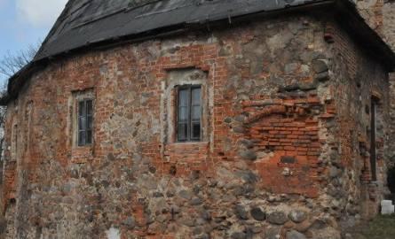 WITKÓW Zbudowano ją na przełomie XIV i XV wieku z tego, co było pod ręką, czyli z kamienia narzutowego, uzupełnianego cegłami. Składała się z wieży mieszkalnej,