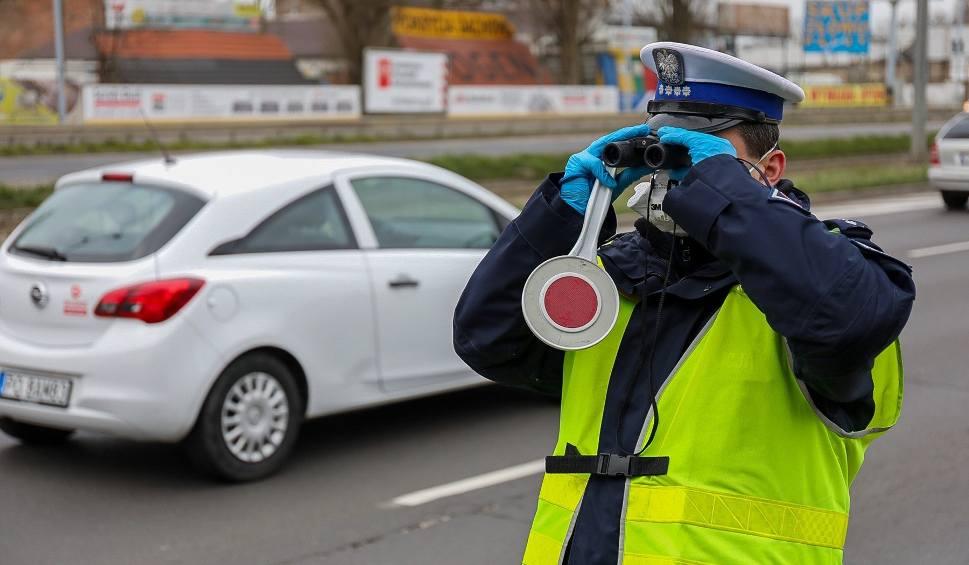 Film do artykułu: Szczecin. Policja i żandarmeria kontrolują kierowców. Patrole także w parkach i na ulicach