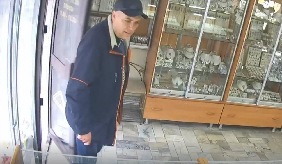 Film do artykułu: Katowice: Złodziej wszedł do jubilera i ukradł złote pierścionki. Policjanci z Katowic szukają sprawcy napadu na jubilera WIDEO + ZDJĘCIA