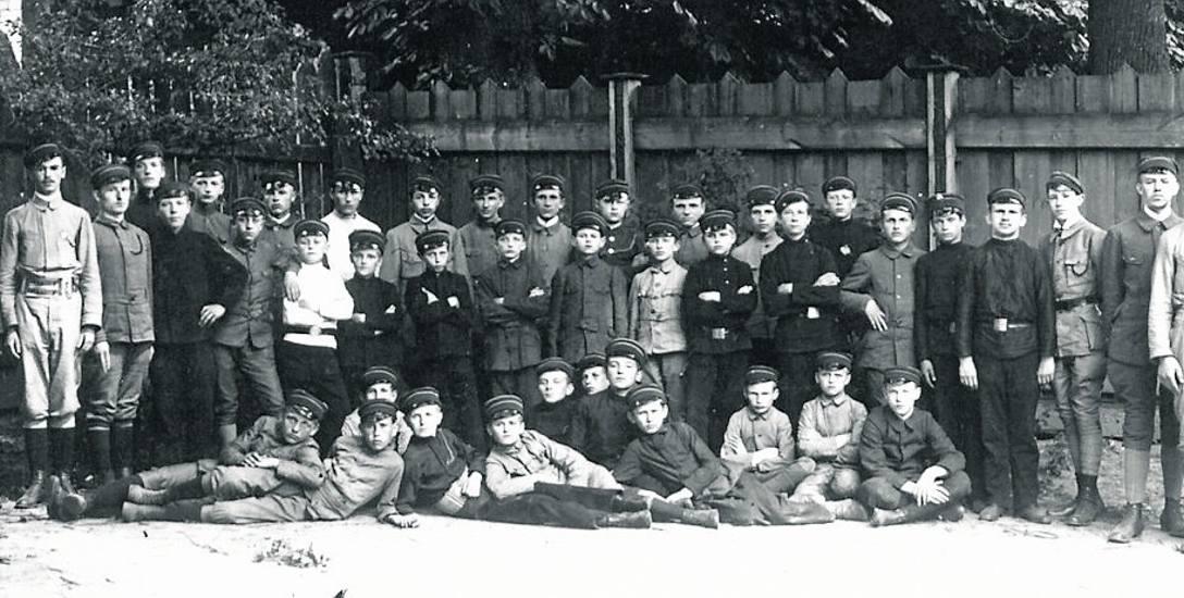 5 lipca 1916 r. Pierwsza Drużyna Skautów im. księcia J. Poniatowskiego w Polskim Gimnazjum Realnym (męskim) w Białymstoku na placu szkolnym przy obecnej