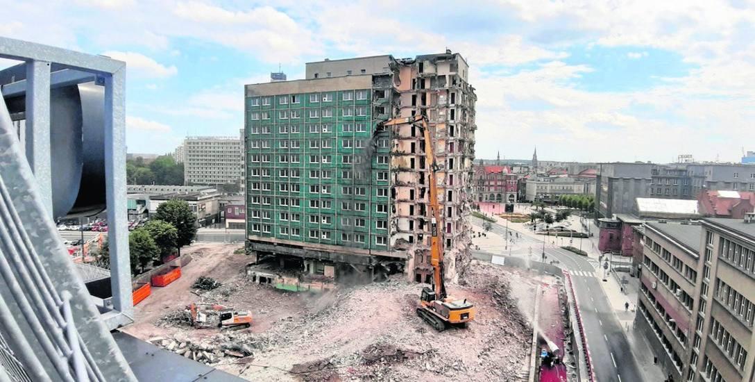 Opuszczony od 13 lat dawny hotel Silesia znika z Katowic
