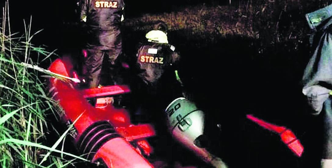 Akcja ratownicza prowadzona była w nocy, w trudnych warunkach terenowych