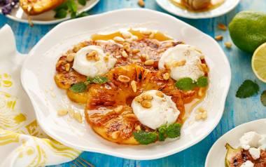 Glazurowany ananas z serkiem kremowym i orzechami pinii.