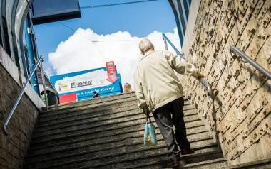 Wyjście z przejścia podziemnego pod rondem Jagiellonów w Bydgoszczy na przystanek tramwajowy. Są schody, jak dotąd nie ma windy.