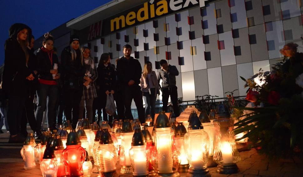 Film do artykułu: Po ataku nożownika w Stalowej Woli. Zapalili przed galerią VIVO! znicze pamięci i bólu [ZDJĘCIA]