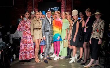 Pokaz strojów haute couture z kolekcji Adama Lei. Adam Leja - w środku. KTW Fashion Week 2019, Katowice, Fabryka Porcelany 11 października 2019