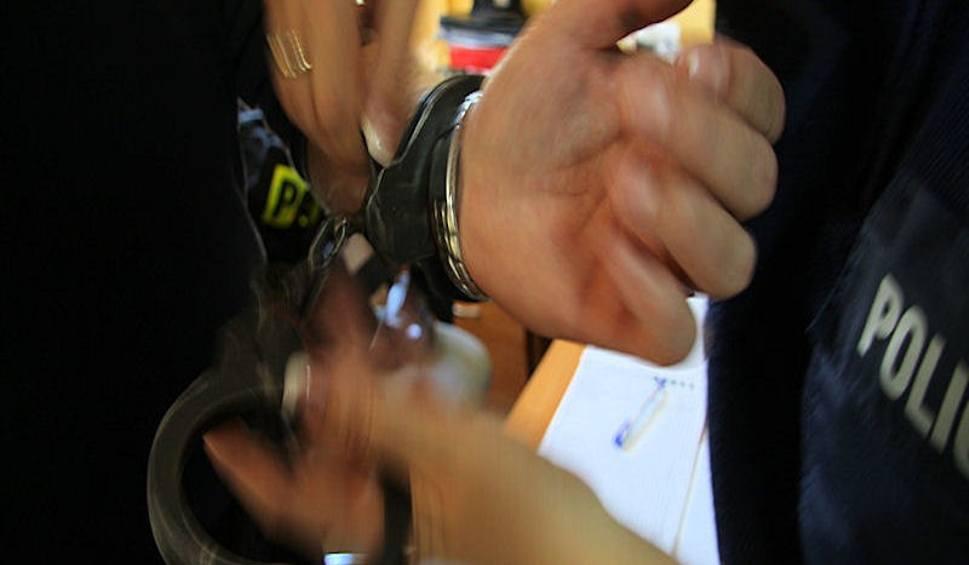Film do artykułu: Nieboszczyk znaleziony z poderżniętym gardłem w Żarach. Zatrzymano 60-letniego mężczyznę
