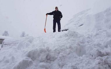 Marcin Salamon z przysiółka Stańcówka w Zwardoniu od kilku dni zmaga się ze śniegiem