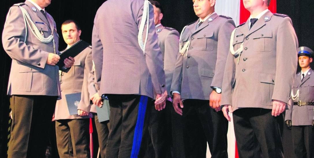 Podczas Święta Policji komendant wojewódzki (tyłem) wręczał awanse policjantom