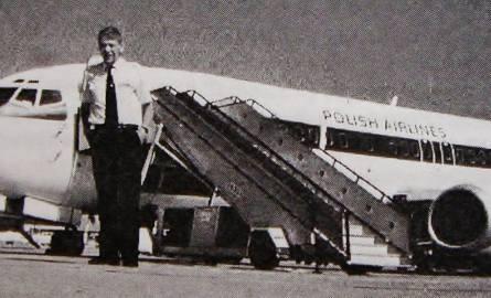"""Kapitan pilot Stanisław Kluk na tle samolotu typu """"Boeing"""" 737, przed jednym z rejsów zagranicznych."""