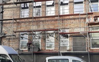 Niech żyje pierwszy budowniczy Polski Ludowej tow. Bierut. Napisane dużymi białymi literami hasło ukazało się podczas remontu budynku przy ul. Gospo