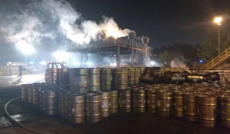 Film do artykułu: Zagrożenie skażeniem powietrza: pożar beczki z fosforem w Chorzowie. Niebezpieczeństwo minęło WIDEO