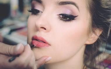 Makijaż na wesele coraz rzadziej robimy same, a coraz częściej korzystamy w tym celu z usług profesjonalnych makijażystek. Nie każda jednak będzie umiała
