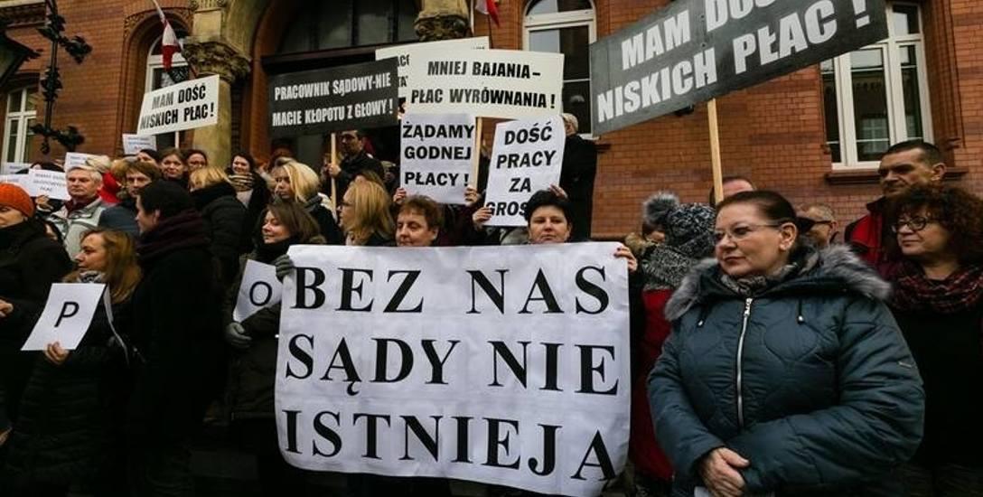 Codziennie w południe pracownicy szczecińskich sądów robią przerwę i wychodzą protestować