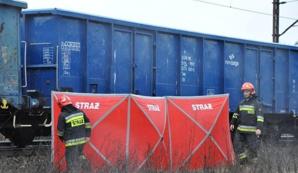 Film do artykułu: Śmiertelny wypadek na torach w Pionkach. Mężczyzna wszedł pod pociąg. Zginął na miejscu