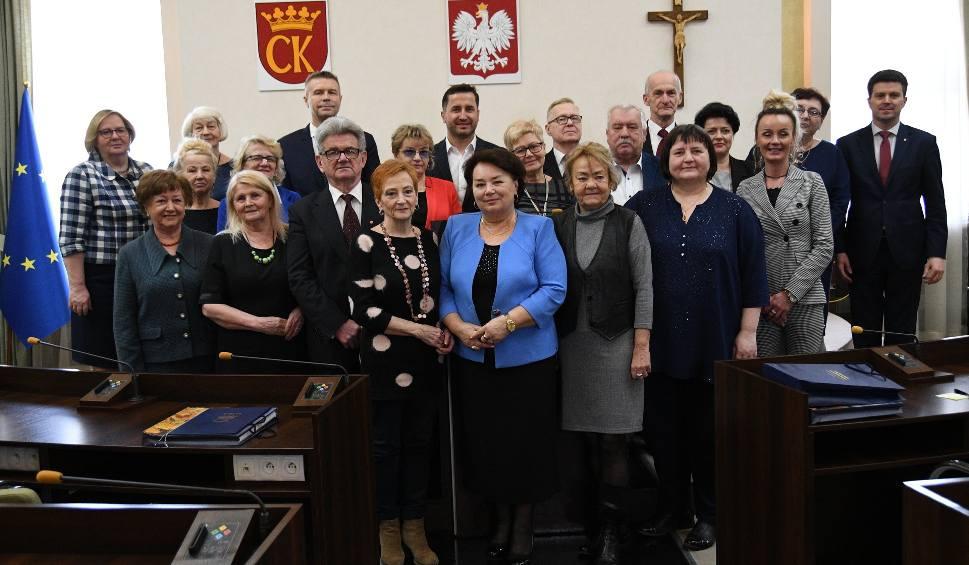 Film do artykułu: W Kielcach pożegnano starą i powitano nową Kielecką Radę Seniorów. Zobacz kto ją tworzy (LISTA)