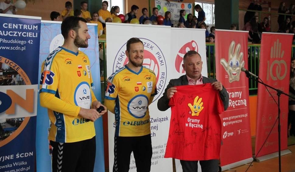 Film do artykułu: Mistrzowie szczypiorniaka z PGE VIVE i Korona Handball zagrali z dziećmi w Radoszycach [ZDJĘCIA]