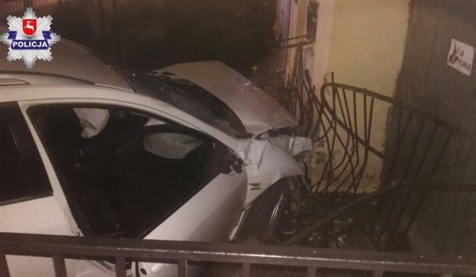 Film do artykułu: Lubartów: Pijany kierowca wjechał w budynek kancelarii adwokackiej. Będzie potrzebował pomocy prawnika (ZDJĘCIA)