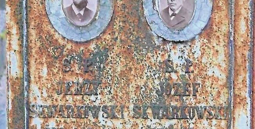 Żeliwny nagrobek Józefa i Józefa Jerzego Skwarkowskich  w formie kolumny na postumencie wykonany w białostockich zakładach odlewniczych Antoniego Wi