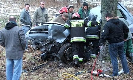 Citroen wbił się między drzewa, kierowca zginął (foto)