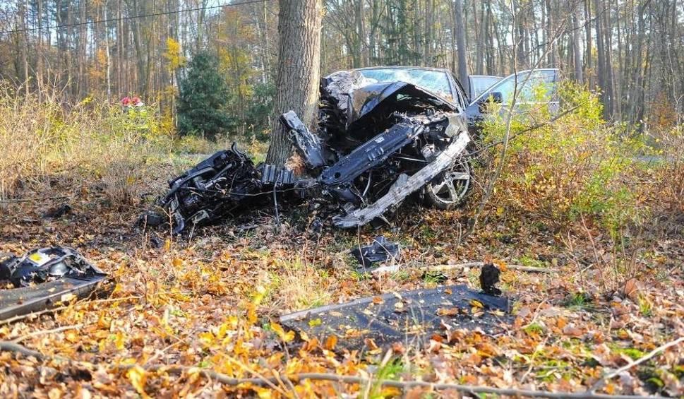 Film do artykułu: Wypadek pod Lesznem. BMW wypadło z drogi i rozbiło się na drzewie [ZDJĘCIA i FILM]