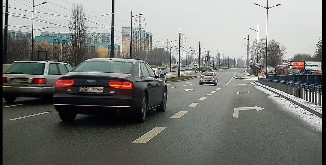 Drogi w Łodzi. Na ul. Rokicińskiej  nie czytają znaków i... wpadają na wysepkę