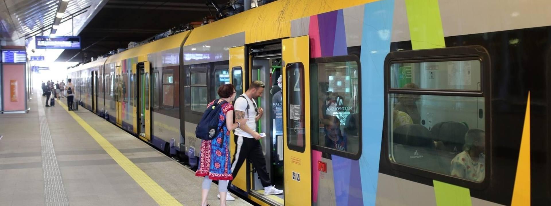 Niewielu pasażerów w małopolskich pociągach. Wszystko przez remonty