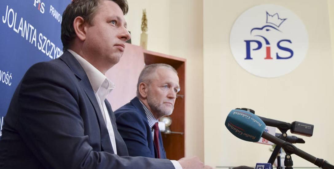 Robert Kujawski, radny PiS, mówił, że jego klub na wrześniową sesję przedstawi projekt obcięcia pensji prezydenta Słupska
