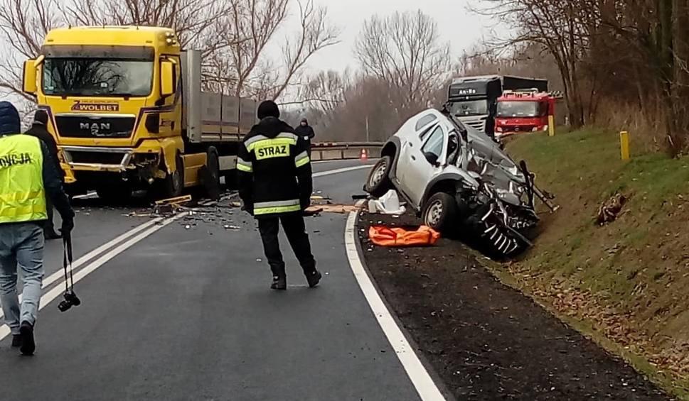 Film do artykułu: Tragiczny wypadek na drodze krajowej nr 31 koło wsi Owczary. Ciężarówka zderzyła się z samochodem osobowym. Zginęły dwie osoby