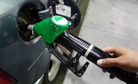 Nowe oznaczenia paliw na stacjach to efekt unijnej dyrektywy 2014/94/UE. Choć nie zastąpią od razu dobrze znanych etykiet: PB95, PB98 czy ON, to jednak
