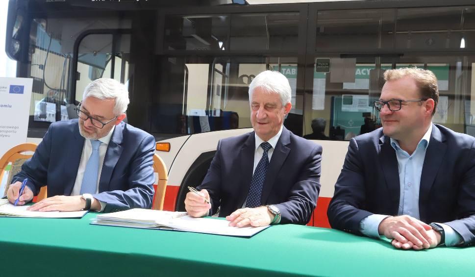 Film do artykułu: Będą kolejne elektryczne autobusy w Radomiu. Miejski przewoźnik dzisiaj podpisał umowę na ich dostawę, dziewięć wozów kupi za unijną dotację