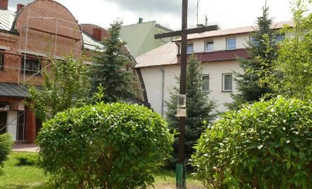 Krzyż stoi do dziś na podwórku prtzy kościele Opatrzności Bożej.