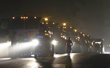 Przed miejscem wypadku stoi kolumna ogromnych ciężarówek wojska amerykańskiego. To jedna z nich wypadła z drogi podczas jazdy w kierunku Nowogrodu Bobrzańskiego.