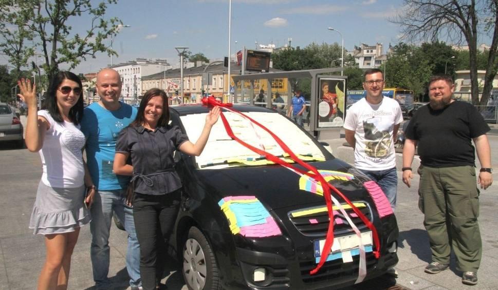 Film do artykułu: Auto oklejone kolorowymi karteczkami. Czeka na właścicielkę