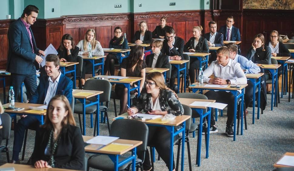 Film do artykułu: Matura 2019 - wyniki. Co piąty uczeń w kraju nie zdał matury. Mamy też dane z regionu