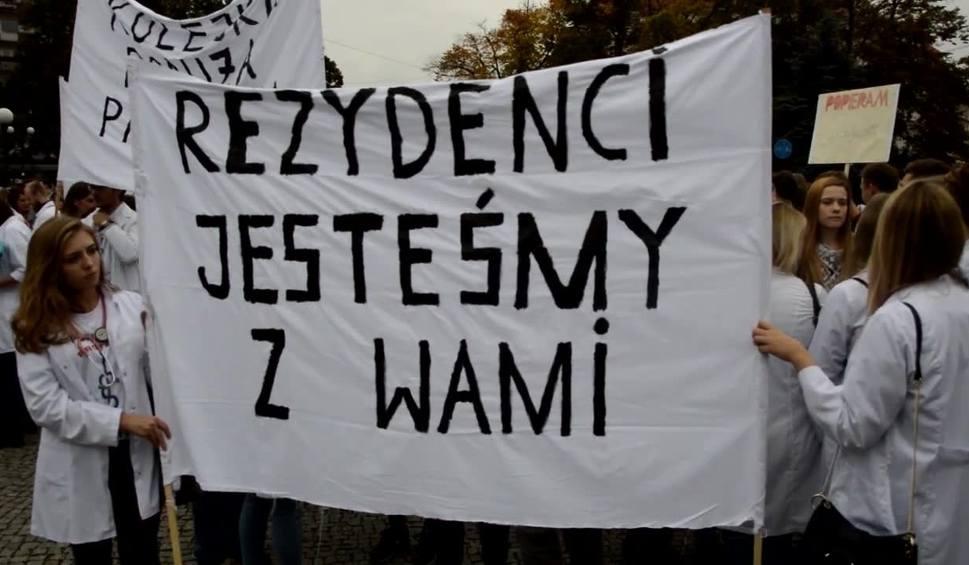 Film do artykułu: INFO Z POLSKI: Kolejni lekarze przyłączają się do strajku rezydentów