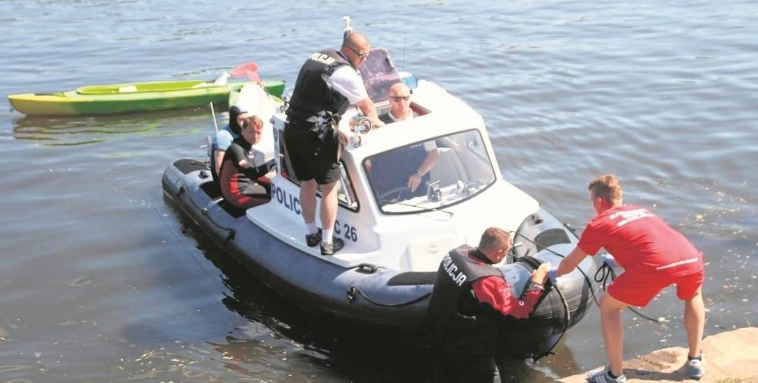 Policjanci współpracują podczas patroli z Wodnym Ochotniczym Pogotowiem Ratunkowym.