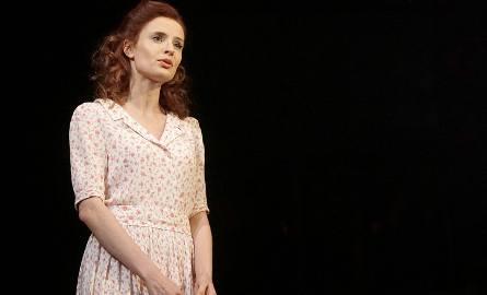 """Lucyna Szierok podczas próby przedstawienia """"Fabryka muchołapek"""" w Teatrze Nowym."""