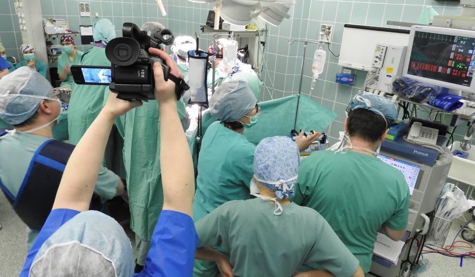 Film do artykułu: Białystok. Lekarze zoperowali kręgosłup 11-letniej dziewczynki. Pierwsi w Polsce zastosowali innowacyjną metodę [ZDJĘCIA, WIDEO]