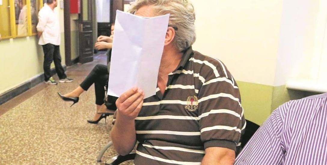 Wiesław B. twierdzi, że klienci nie zwracali mu pożyczek, a przejmowanie nieruchomości było zgodne z prawem i potwierdzone u notariusza. Zdaniem prokuratury