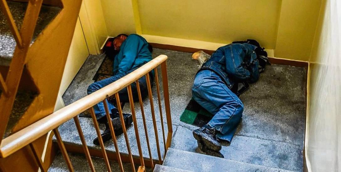 Osoby bezdomne z różnych przyczyn nie chcą albo nie mogą dostać się do schroniska, w którym otrzymałyby opiekę. Wtedy wybierają nocleg w pierwszym możliwym